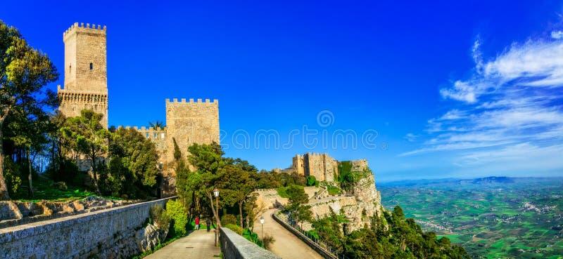 Gränsmärken av Italien - medeltida Erice by i Sicilien arkivbilder