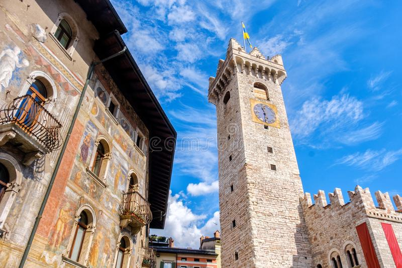 Gränsmärken för Trento Italien Torre Civica fallCazuffi Rella europa royaltyfria bilder