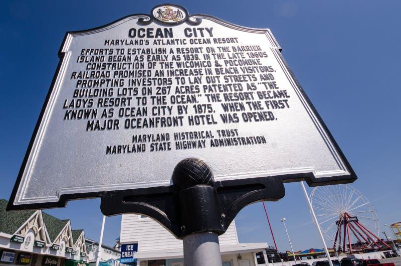 Gränsmärketecken som noterar den historiska signifikansen av den Marylands Atlantic Ocean semesterortstaden fotografering för bildbyråer