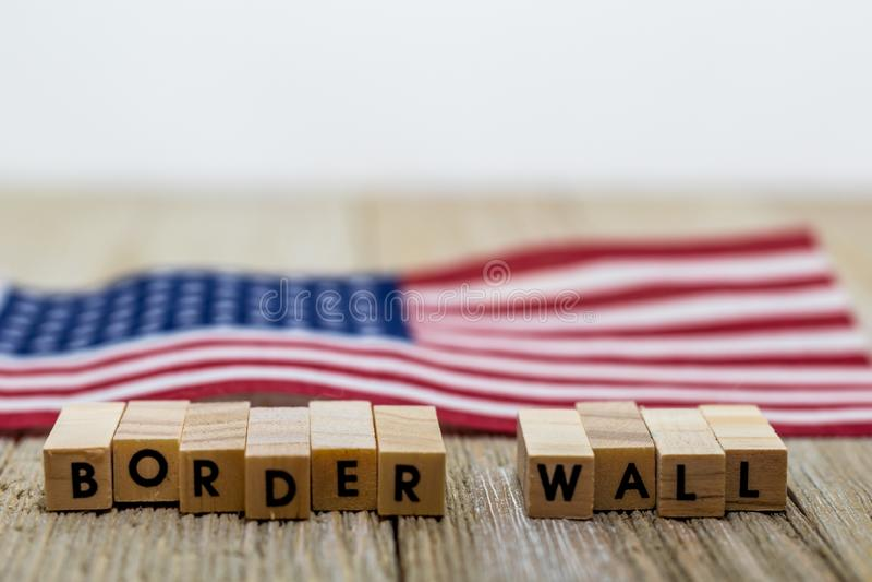 GränsväggUSA begrepp med amerikanska flaggan på vit bakgrund och träbräde fotografering för bildbyråer
