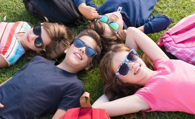 gräs att ligga för ungar royaltyfri fotografi