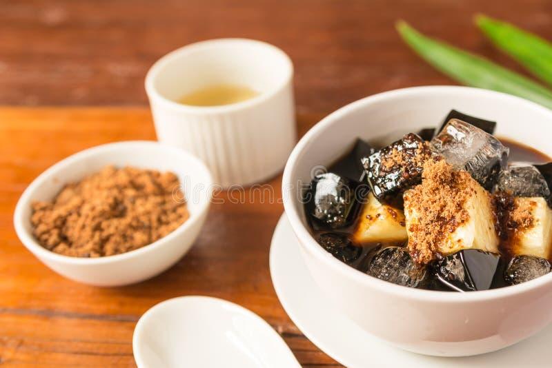Gräs den växt- gelatin för geléefterrätten eller göra gelé av svart med ananas, sirap, is royaltyfria bilder