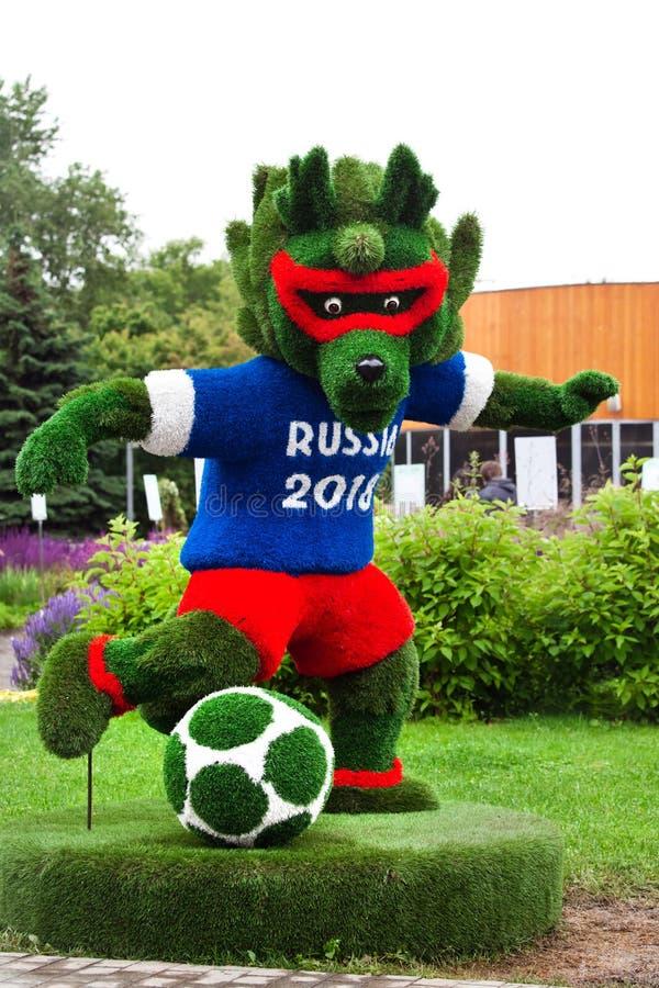 Gräs det gjorda symbolet av världsfotbollmästerskapet i Ryssland vargen 2018 kallade Zabivaka royaltyfri foto