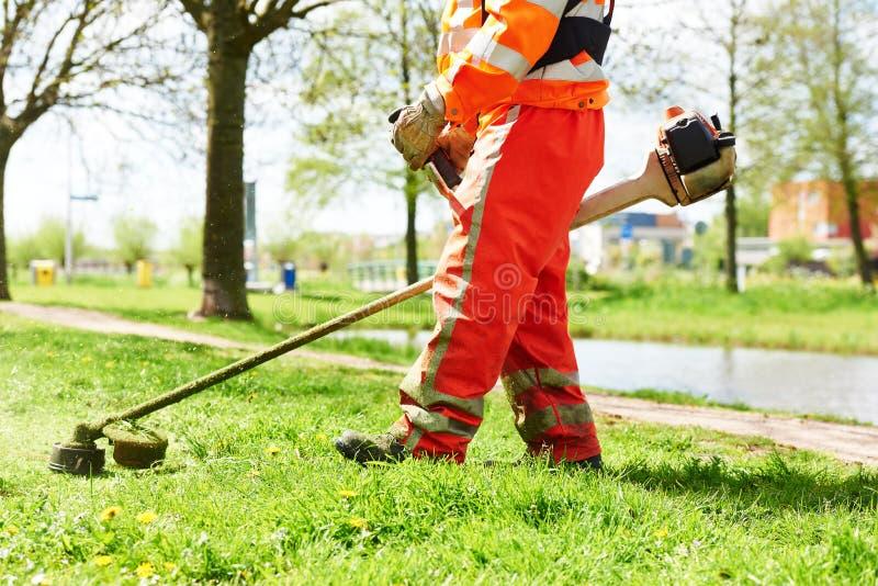 Gräs för klipp för gräsklipparearbetarman royaltyfria bilder