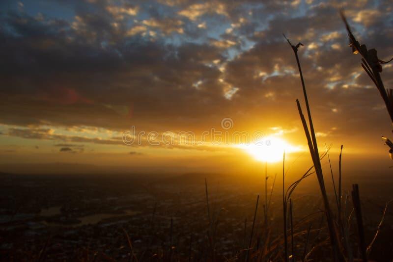 gräs framme av en solnedgångsikt av Townsville, slottkulle, Queensland, Australien arkivbild