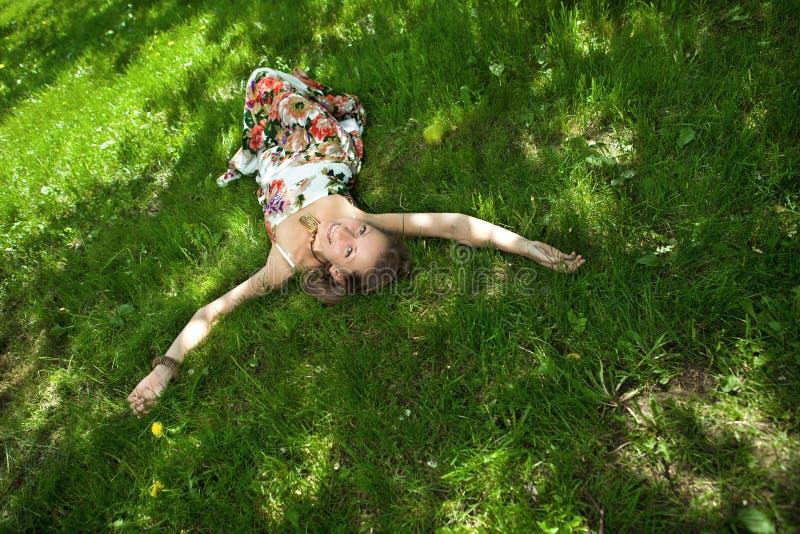 gräs kopplar av den le kvinnan royaltyfria bilder