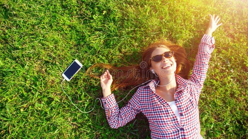 gräs som lägger kvinnabarn royaltyfri bild