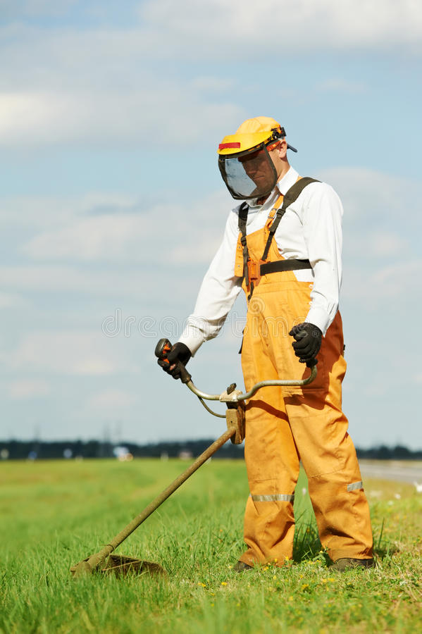 gräsbeskärarearbeten arkivbilder