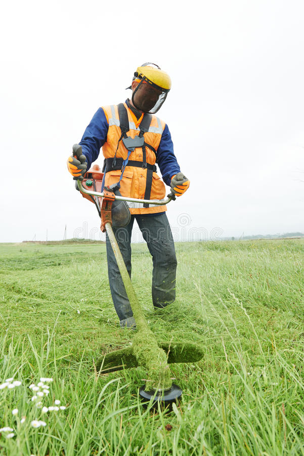 Gräsklipparearbetare fotografering för bildbyråer