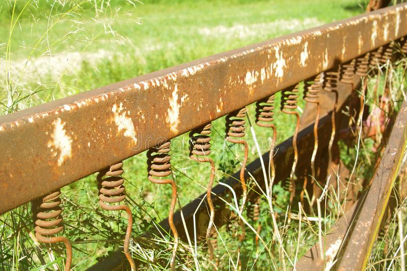 Gräsklippningsmaskindetalj med rostigt järn arkivfoton
