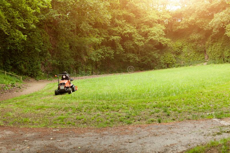 Gräsklippningsmaskinen som klipper gräset parkerar offentligt Botaniska trädgården Le Vallon du stack Alar, Brest, Frankrike kan  fotografering för bildbyråer