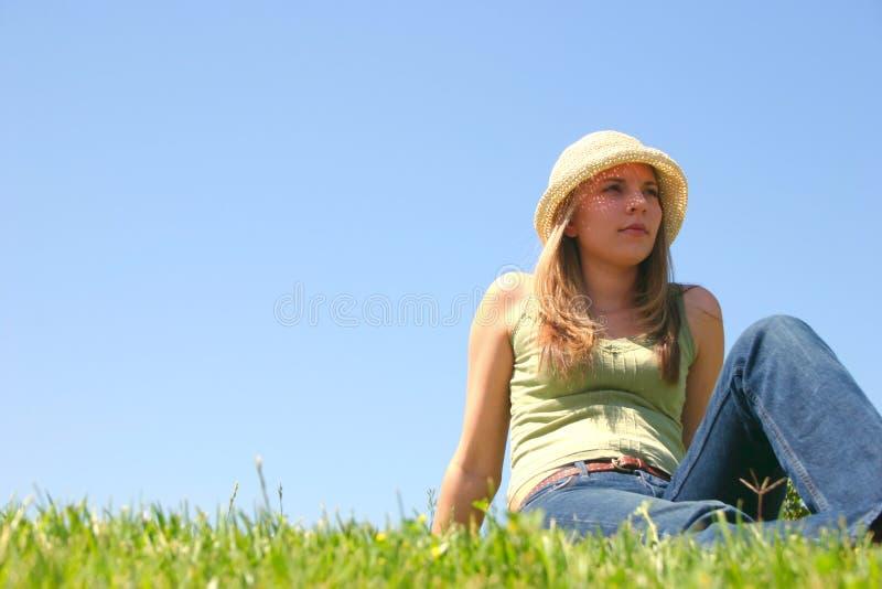 gräskvinna royaltyfri foto
