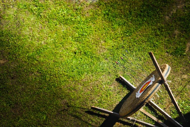 Gräsplan för bakgrund för konkurrens för bågskytte för bästa sikt för målgräs fotografering för bildbyråer