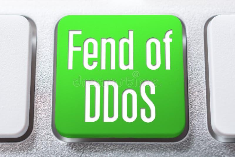 Gräsplan klara sig själv av den DDoS knappen på ett vitt tangentbord, Cyberskyddsbegrepp arkivbilder
