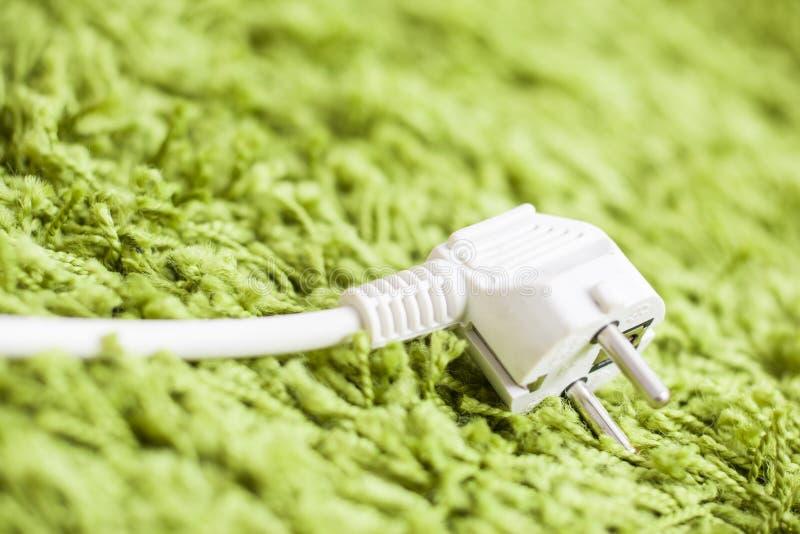 Gräsplan mattar på Power pluggar besparingenergi arkivbilder