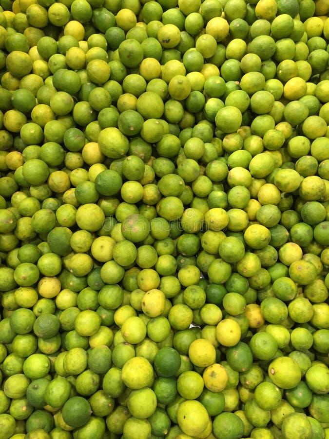 Gräsplan- och gulinglimefrukt royaltyfri bild