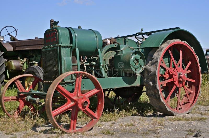 Gräsplan och röd gammal Hart Parr traktor arkivbilder