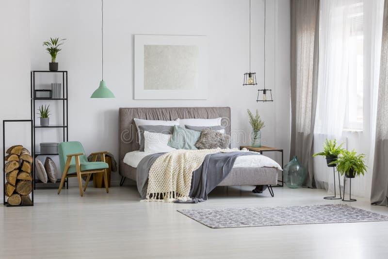 Gräsplan och rymligt sovrum för silver arkivfoton