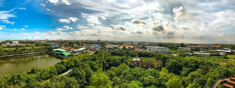 Gräsplan parkerar, bostadsområdet, det stora dammet och blå himmel royaltyfri bild
