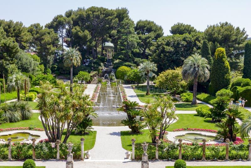 Gräsplanträdgårdar av Villa Ephrussi de Rothschild royaltyfria foton