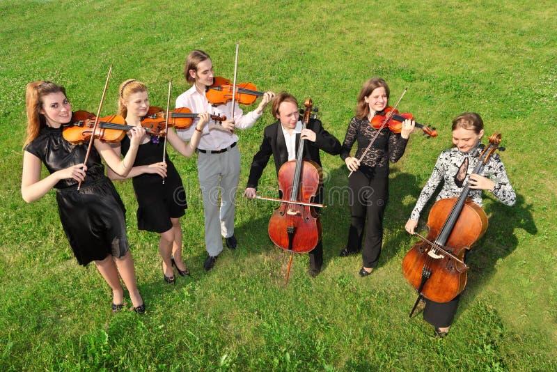 grässpelrumsemicircle sex plattforer violinister royaltyfri foto