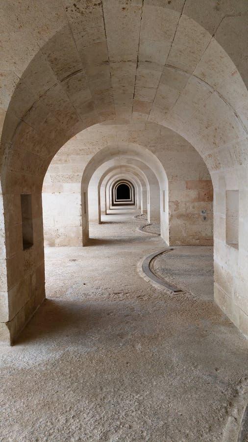 Gräva under det LaMola de Menorca fortet i den Mahon hamnen arkivfoto