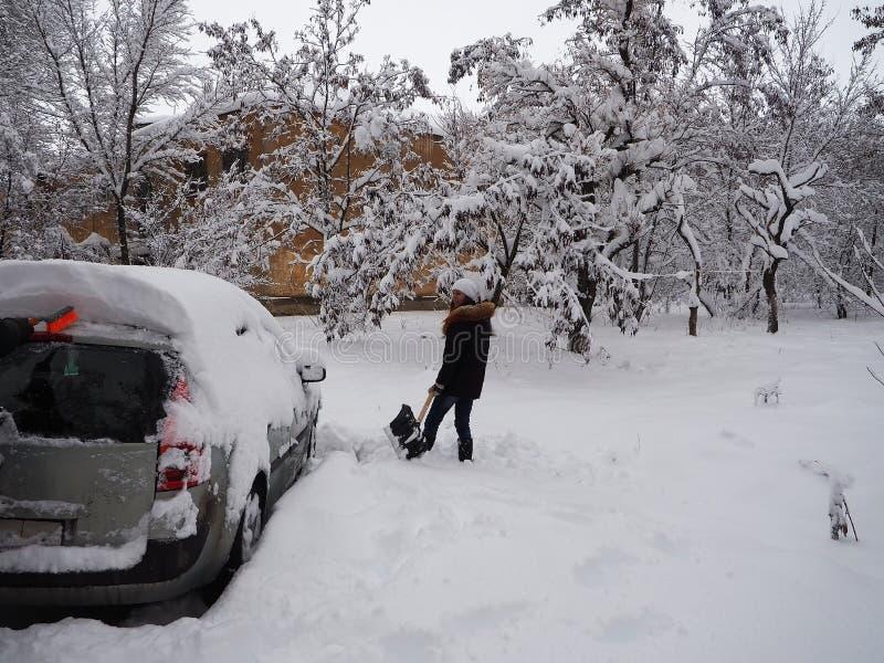 Gräva upp en snömaskin fotografering för bildbyråer