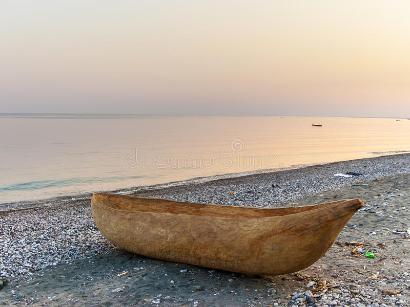 Grävd ut barkass på stranden av sjön Malawi royaltyfri fotografi