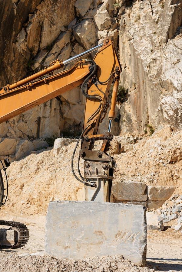 Grävskopa med tryckluftsborren - marmor bryter sten Italien royaltyfria bilder