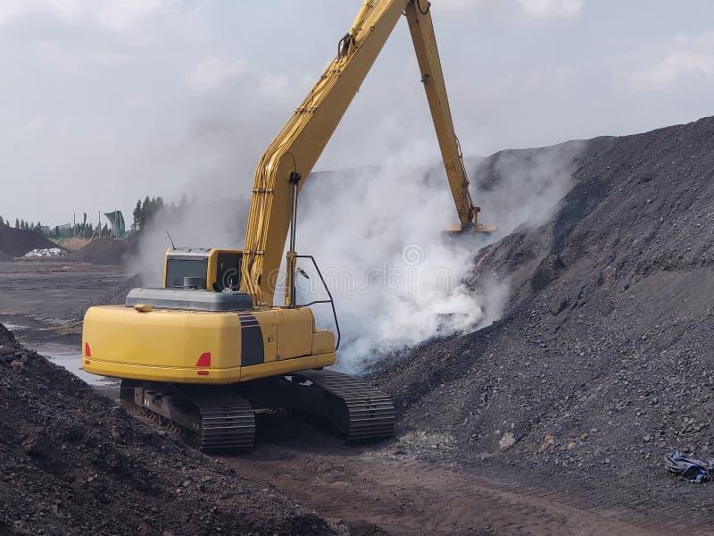 Grävskopan att släcka bränder från spontan förbränning för kol royaltyfri bild
