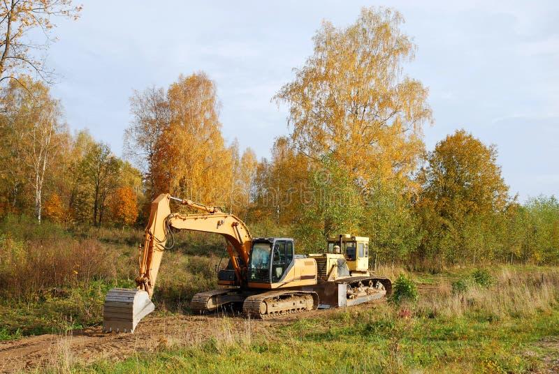 Grävskopan och bulldozern leker med ordjobb arkivbilder