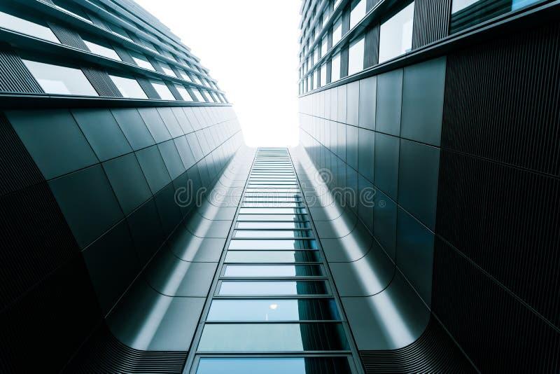 Grå affärsmitt, modern arkitektur royaltyfri foto