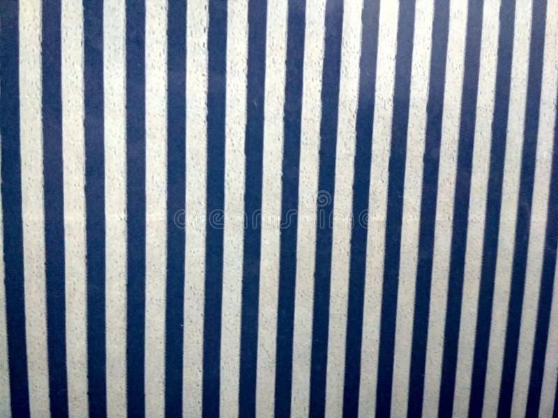 Grå cladding för stenvägg som göras av staplade remsor och fyrkantiga kvarter Bakgrund och texturerar royaltyfri illustrationer