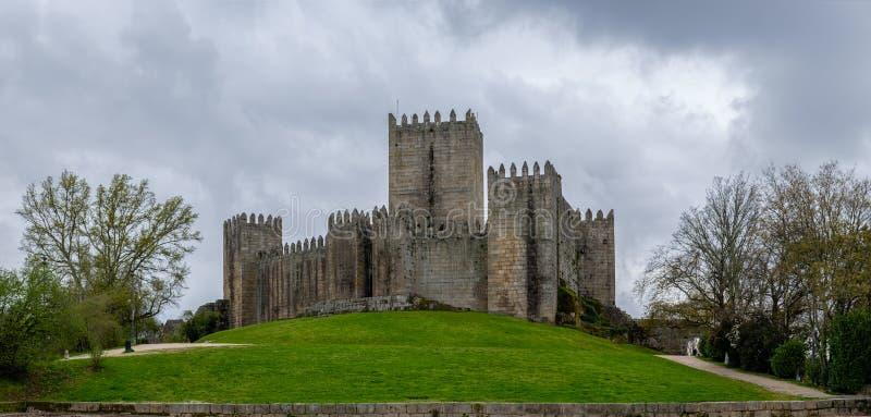 Grå dag bredvid slotten av Guimaraes royaltyfria foton