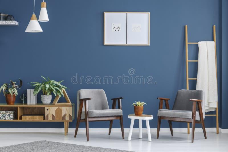 Grå färg- och blåttvardagsrum royaltyfri fotografi