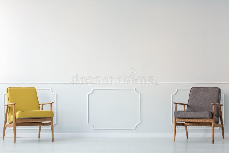 Grå färg- och gulingvardagsrum royaltyfri fotografi