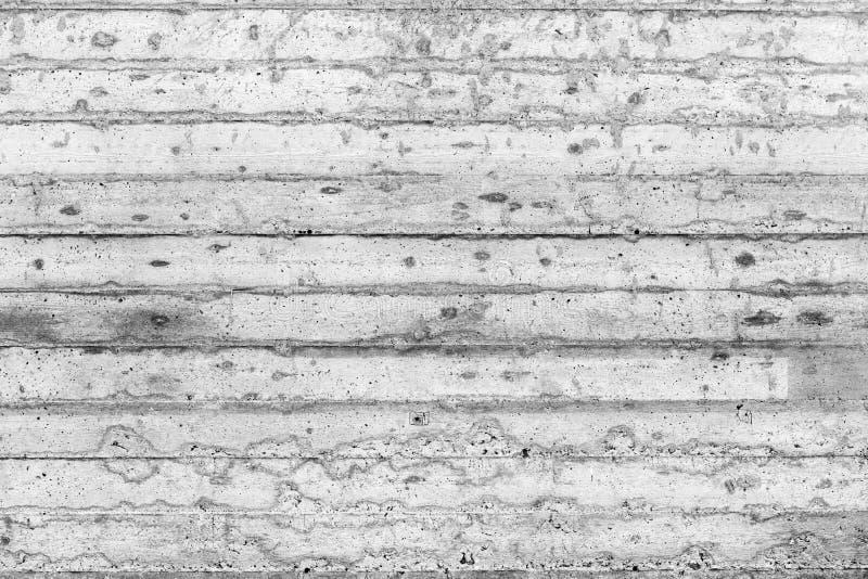 Grå färg smutsig grov betongvägg med spårar av träformwork arkivbild