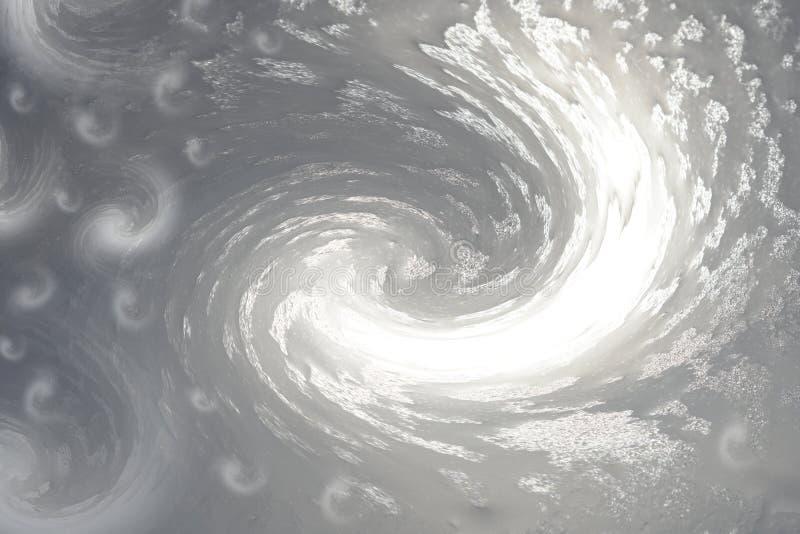 Grå färg-vit bakgrund Djupfryst vatten på exponeringsglas glittrar i solen frostiga modellvågor För design fotografering för bildbyråer