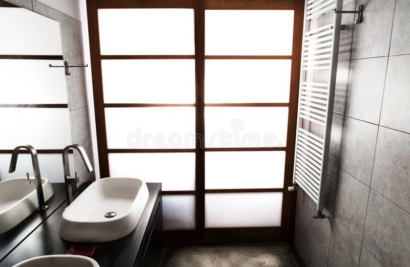 Grå färgbadrumpanelljus arkivfoto