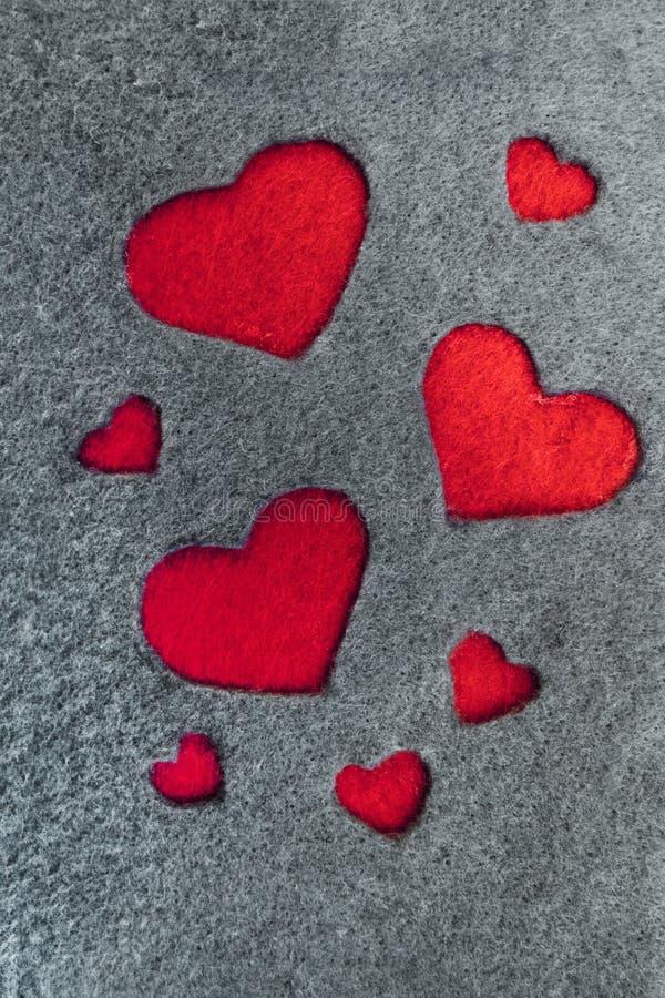 Grå färger klädde med filt tyg med röda hjärtor royaltyfri foto