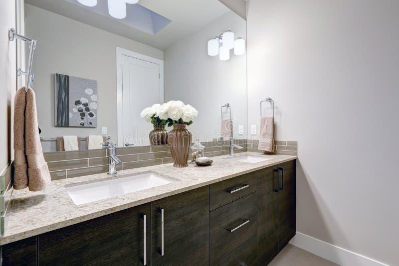 Grå färger och det rena badrummet planlägger i splitterny hem fotografering för bildbyråer
