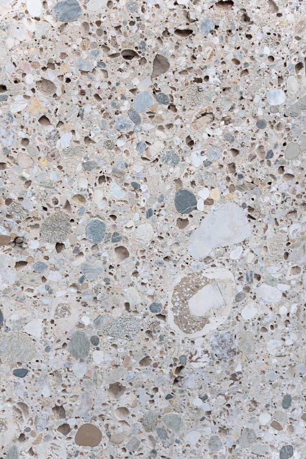 Grå färger stenar tjock skiva med snittyta och blandningen av kiselstenar och betong royaltyfria foton