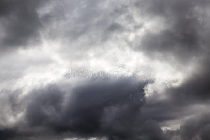 Grå färgmoln, molnigt väder royaltyfria foton