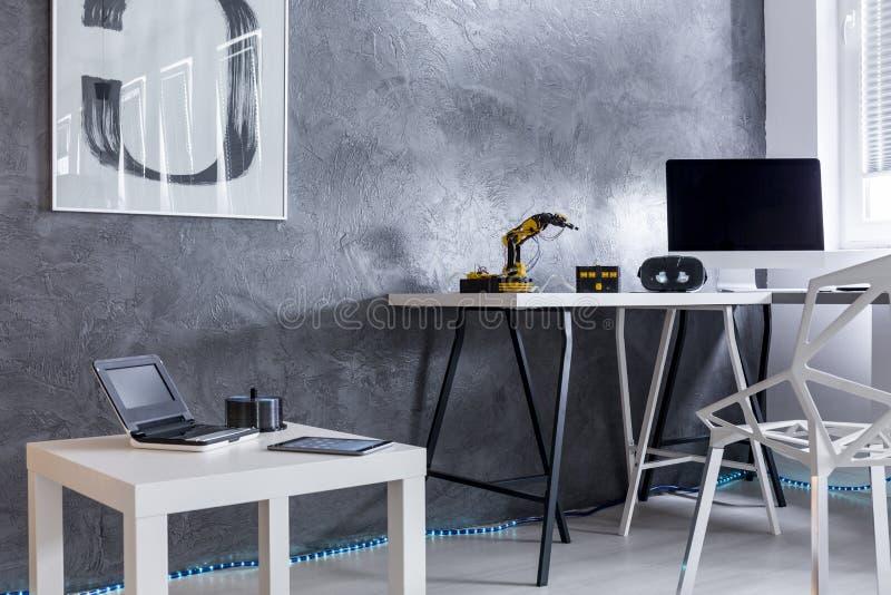 Grå färgrum med modern idérik design arkivbilder