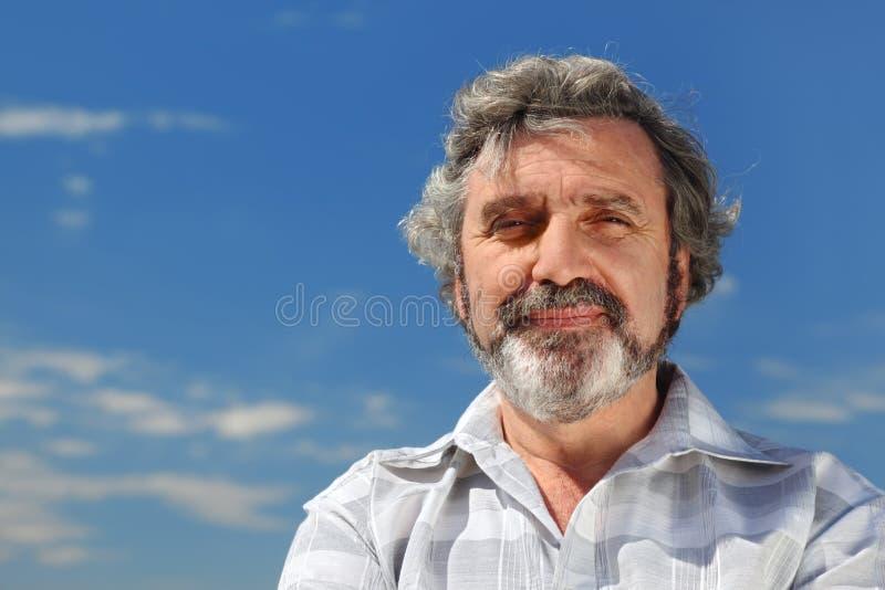 grå haired utomhus- ståendepensionär royaltyfria bilder