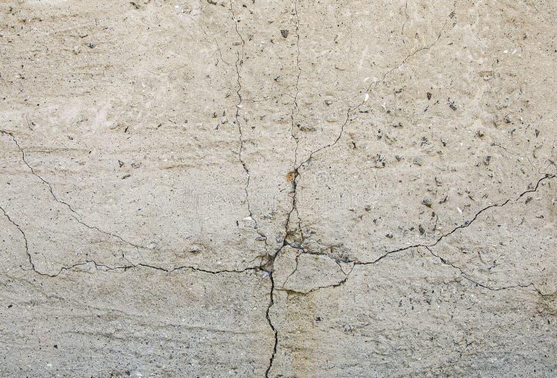 Grå konkret texturbakgrund sprickor skrapor skada Sprucken stenväggbakgrund royaltyfri fotografi