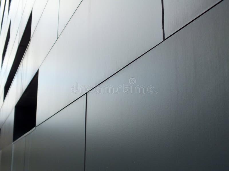 Grå metallisk cladding på modern industribyggnad royaltyfria bilder