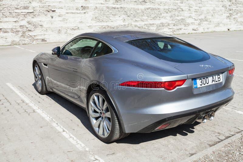 Grå metallisk Jaguar F-typ kupé, bakre sikt arkivbild