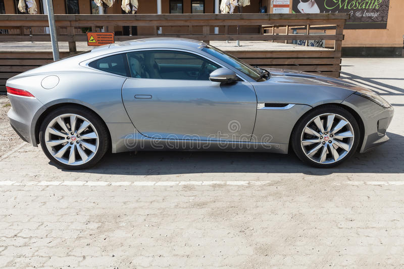 Grå metallisk Jaguar F-typ kupé, sidosikt arkivfoton