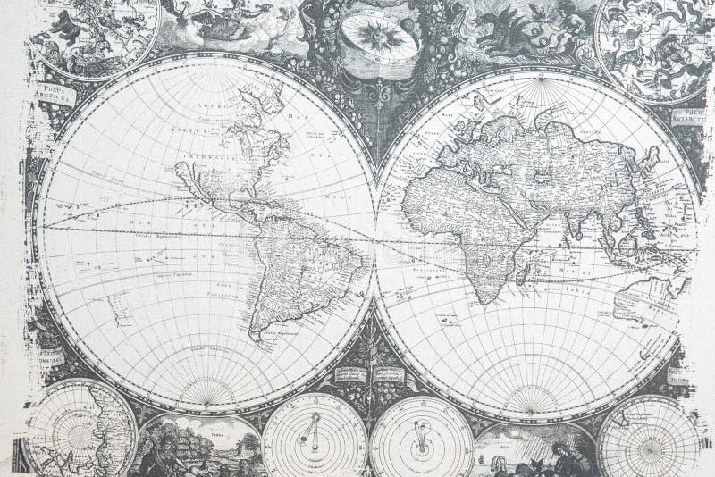 Grå modell på väggen i form av två jordklot med en översikt av världen och en översikt av himlakroppar och konstellationer royaltyfri bild
